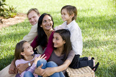 tycka om den lyckliga interracial picknicken för familj fem Royaltyfri Bild