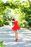 tycka om den lyckliga naturen för flicka Royaltyfria Bilder