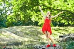 tycka om den lyckliga naturen för flicka Royaltyfria Foton