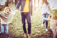 tycka om den lyckliga parken för familj Arkivfoto