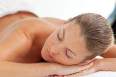 tycka om den nätt kvinnan för massage arkivbild