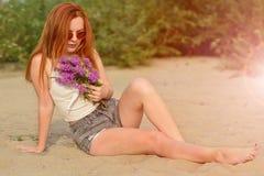 Tycka om den naturliga skönheten och solbada royaltyfri foto