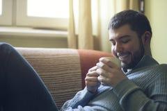 Tycka om den söta lukten av hans favorit- varma drink Royaltyfri Fotografi