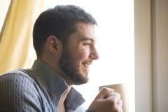 Tycka om den söta lukten av hans favorit- varma drink Arkivbild