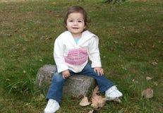 tycka om den små flickan utomhus Royaltyfri Bild