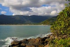 Tycka om ett ögonblick som beskådar landskapet av Maresias, Brasilien royaltyfri bild