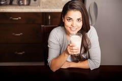 Tycka om ett exponeringsglas av mjölka royaltyfria foton