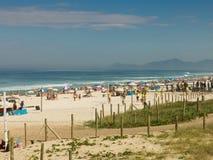 Tycka om för folk och praktiserande sportar på stranden - Rio de Janeiro Fotografering för Bildbyråer