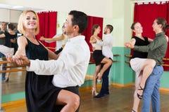 Tycka om för män och för kvinnor av tango i grupp Arkivbilder