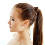 Tycka om för profil för tonårig flicka som härligt isoleras på vit Royaltyfria Bilder