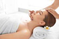 Tycka om för ung kvinna av den ansikts- massagen arkivbilder