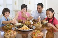 tycka om familjmålmealtime tillsammans royaltyfri bild