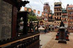 Tycka om ganska ett ögonblick på en stupa nästan den livliga Patanen royaltyfria bilder