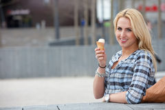 tycka om henne icecream Royaltyfri Foto