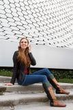 Tycka om hennes musik i en futuristisk miljö Fotografering för Bildbyråer