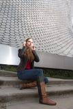 Tycka om hennes musik i en futuristisk miljö Arkivbild