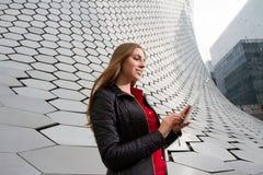 Tycka om hennes teknologi i en futuristisk environmenttechnology Arkivfoto