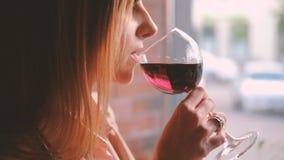 Tycka om kafét för drink för kvinna för exponeringsglasvin det avkopplade arkivfilmer