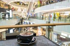 Tycka om kaffe i en shoppinggalleria Royaltyfri Fotografi