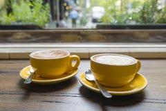 Tycka om kaffe i ett kafé Royaltyfria Foton