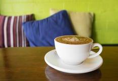 Tycka om kaffe i ett kafé Arkivfoto