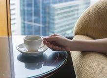 Tycka om kaffe i hotellrum Royaltyfri Fotografi