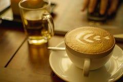 Tycka om kaffe i kafé royaltyfri fotografi