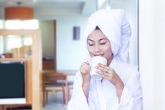 Tycka om kaffe i morgonen Royaltyfri Fotografi