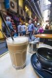 Tycka om kaffe och te i ett laneway Arkivbilder