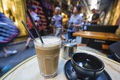 Tycka om kaffe och te i ett laneway Arkivfoton