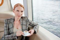 Tycka om kaffe på det mellersta däcket Fotografering för Bildbyråer