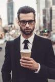 Tycka om kaffe på gå Royaltyfri Fotografi