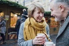 Tycka om kaffe på julmarknaden Fotografering för Bildbyråer