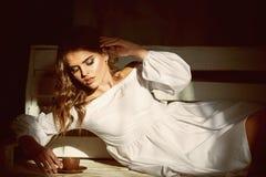 Tycka om kaffe sexig kvinna som hemma tycker om kaffe panera royaltyfria bilder