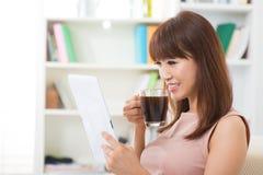 Tycka om koppen av kaffe och den digitala tableten Royaltyfria Bilder