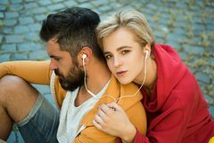 tycka om musik Mening fritt och stilfullt Modern kläder för man och för kvinna för ungdom som utomhus kopplar av Par hänger ut arkivfoto