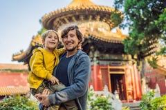 Tycka om semester i Kina Farsa och son i Forbidden City Lopp till Kina med ungebegrepp Fri transport för visum 72 timmar royaltyfria foton