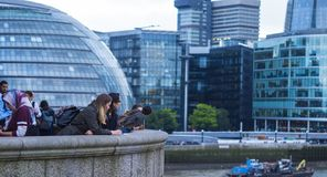 Tycka om sikten från det London stadshuset och mer London flodstrand royaltyfria bilder
