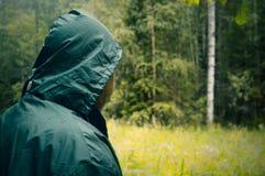 Tycka om skogsikten Gå i jakten för skogpersonchampinjon i sommarskog i morgonen royaltyfri bild