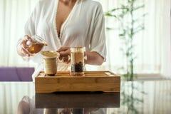 Tycka om teceremoni Stående för sidosikt av den unga härliga kvinnan i kimonoinnehavkopp te som ser kopieringsutrymme royaltyfri fotografi