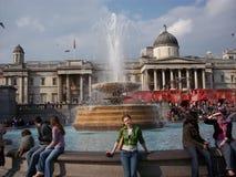 Tycka om tid i fyrkanten av Trafalgar nära det nationella museet i London Arkivfoton