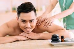Tycka om tillbaka massage royaltyfria bilder