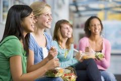 tycka om tonårs- sunda luncher för flickor tillsammans Arkivfoto