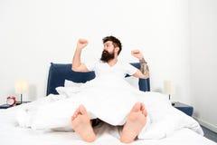 Tycka om trevlig morgon energi och tr?tthet sovande och vaket brutal s?mnig man i sovrum skäggig manhipstersömn arkivfoton