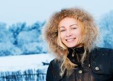 tycka om vinterkvinnan arkivfoton
