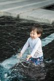 Tycker om den gulliga asiatiska ungen för closeupen i simbassängen texturerad bakgrund i sommar av Thailand arkivbilder