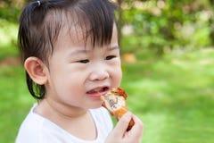 Tycker om den lilla asiatiska (thai) flickan för closeupen att äta hennes lunch Arkivbilder