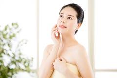 Tycker om den naturliga rutten för asiatiska skönhetkvinnor efter dusch friskhet Royaltyfri Fotografi