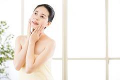 Tycker om den naturliga rutten för asiatiska skönhetkvinnor efter dusch friskhet Royaltyfri Bild