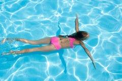 tycker om det undervattens- flickabad royaltyfri bild